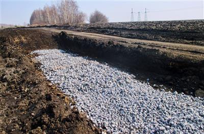 Вырыта яма и засыпан щебень для гравийной подушки фундамента автомобильных весов. фото #11