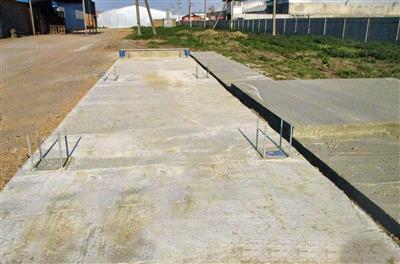 В фундамент заранее вмонтированы шпильки и площадка для крепления весовой платформы. фото #36